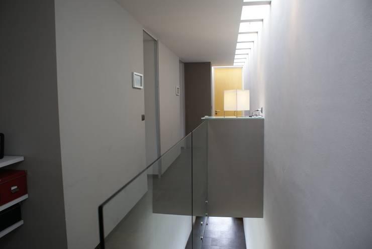 CASA FR: Pasillos y recibidores de estilo  por Interior 3 Arquitectura