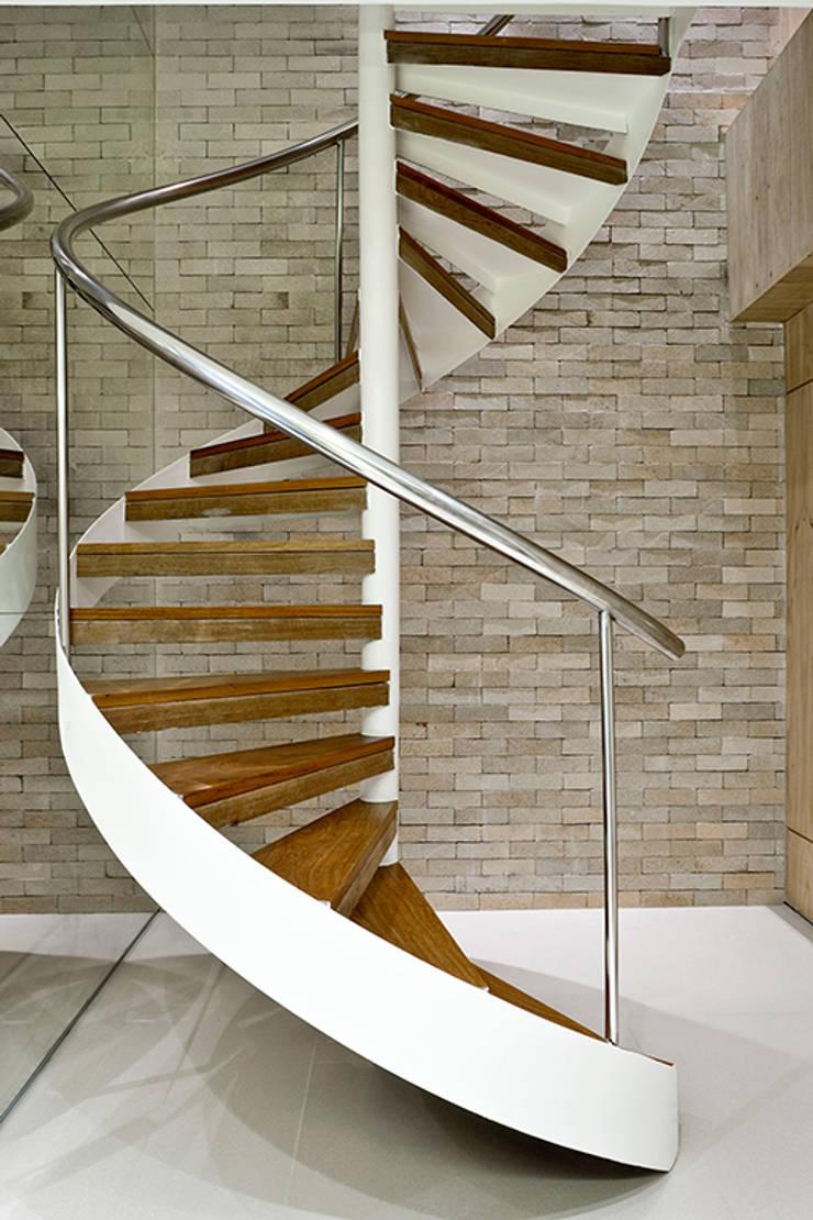 Pestana Arquitetura: Corredores e halls de entrada  por Pestana Arquitetura Concept