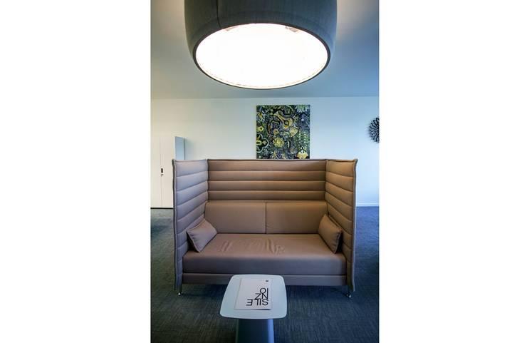LIPOVA SHOWROOM: styl , w kategorii Przestrzenie biurowe i magazynowe zaprojektowany przez INSPACE,Nowoczesny