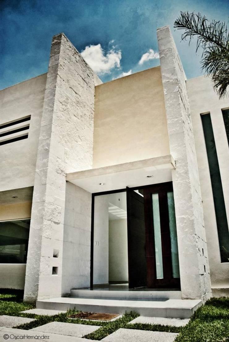 Casa Habitación - Lager Casas modernas de MATE - ARQUITECTOS Moderno Caliza
