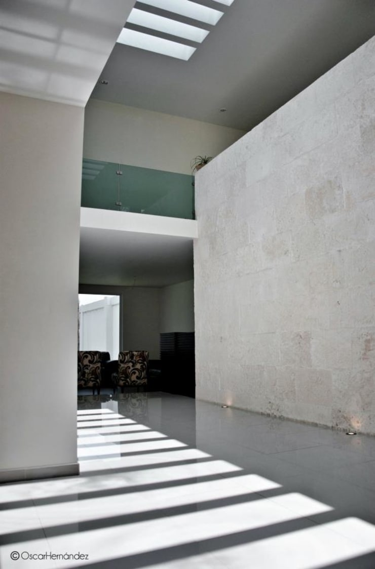 Casa Habitación - Lager Pasillos, vestíbulos y escaleras modernos de MATE - ARQUITECTOS Moderno Caliza