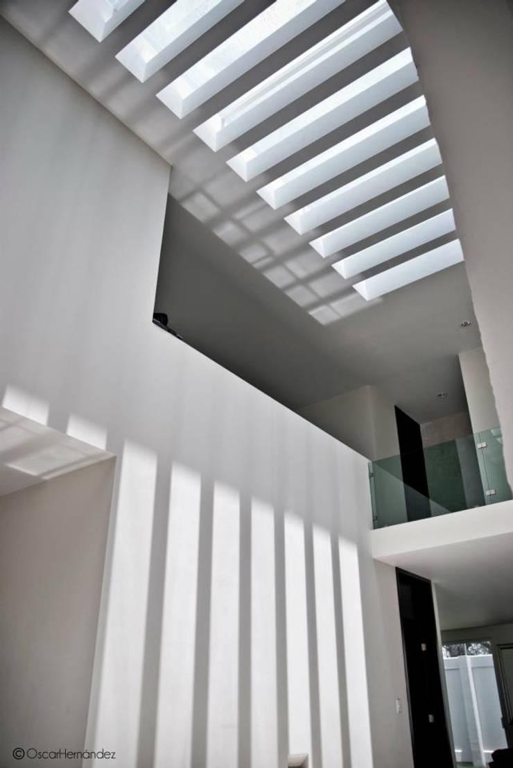 Casa Habitación - Lager: Pasillos y recibidores de estilo  por MATE - ARQUITECTOS