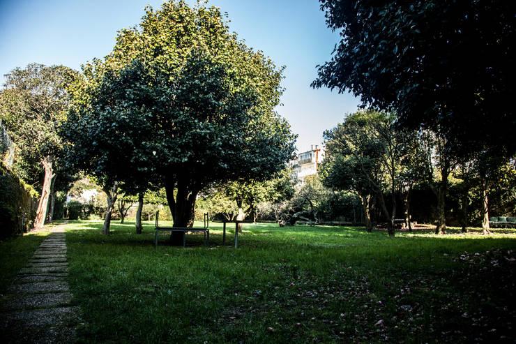 OPORTO LOFT - ART HOTEL | OPORTO | PORTUGAL: Jardins ecléticos por Bastos & Cabral - Arquitectos, Lda. | 2B&C