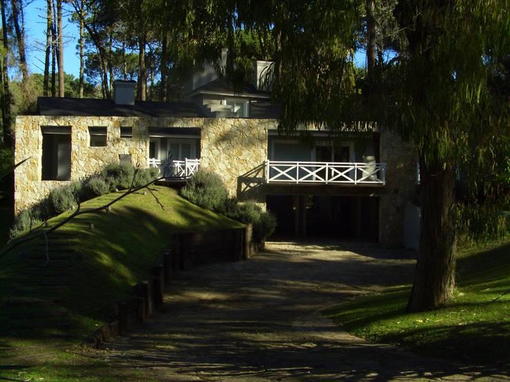 by Rr+a  bureau de arquitectos - La Plata