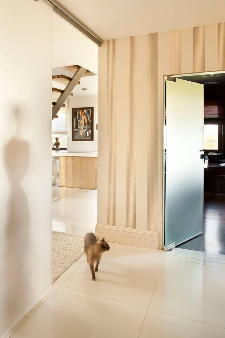 Apartament na Klecinie : styl , w kategorii Korytarz, przedpokój zaprojektowany przez Jeżewska & Zakrawacz