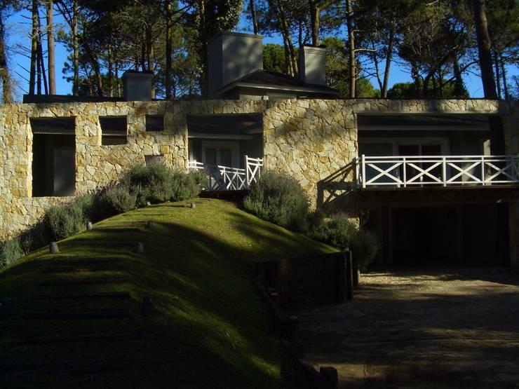 El acceso desde el exterior:  de estilo  por Rr+a  bureau de arquitectos - La Plata,