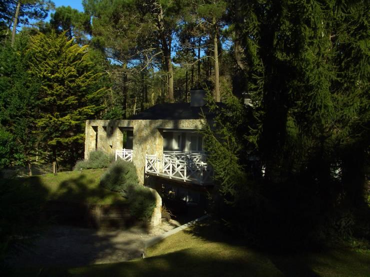 Dentro del bosque:  de estilo  por Rr+a  bureau de arquitectos - La Plata,