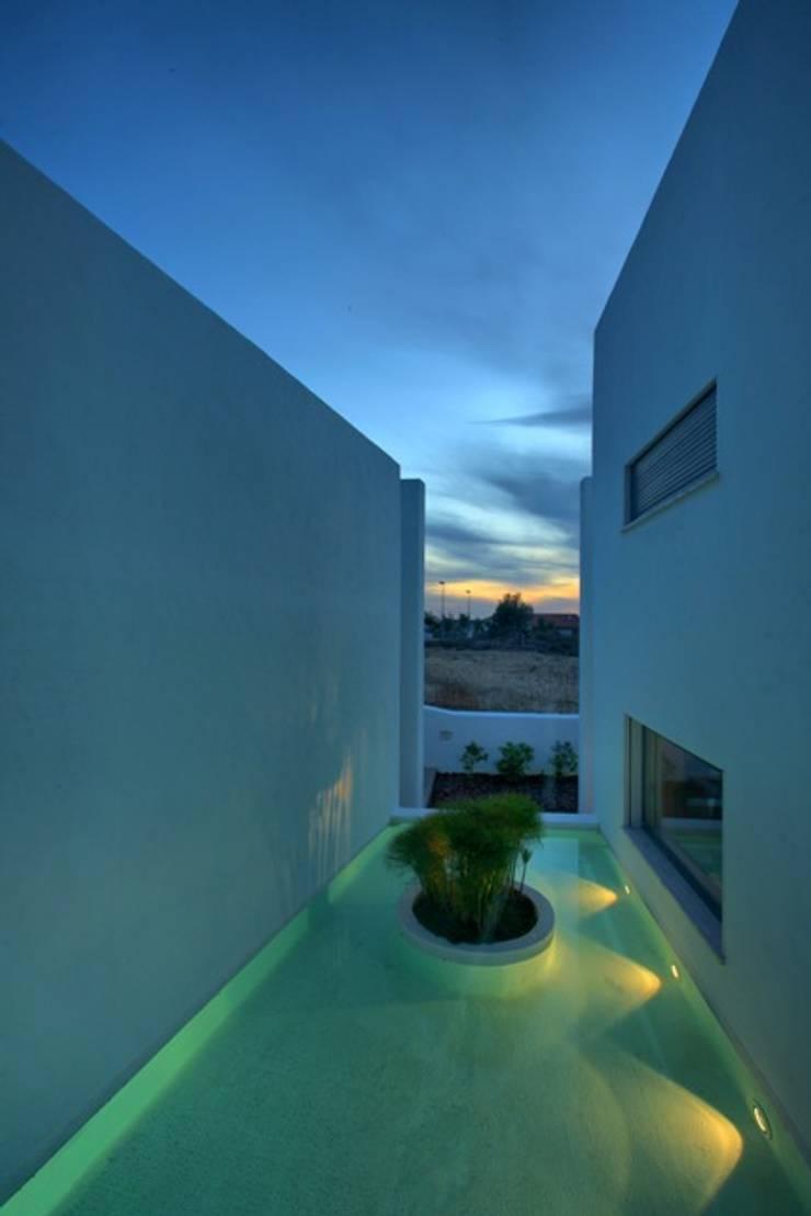 pátio/lago: Casas  por Visual Stimuli