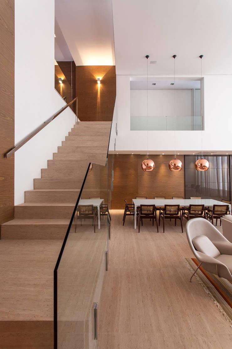 Dining room by Márcia Carvalhaes Arquitetura LTDA.,