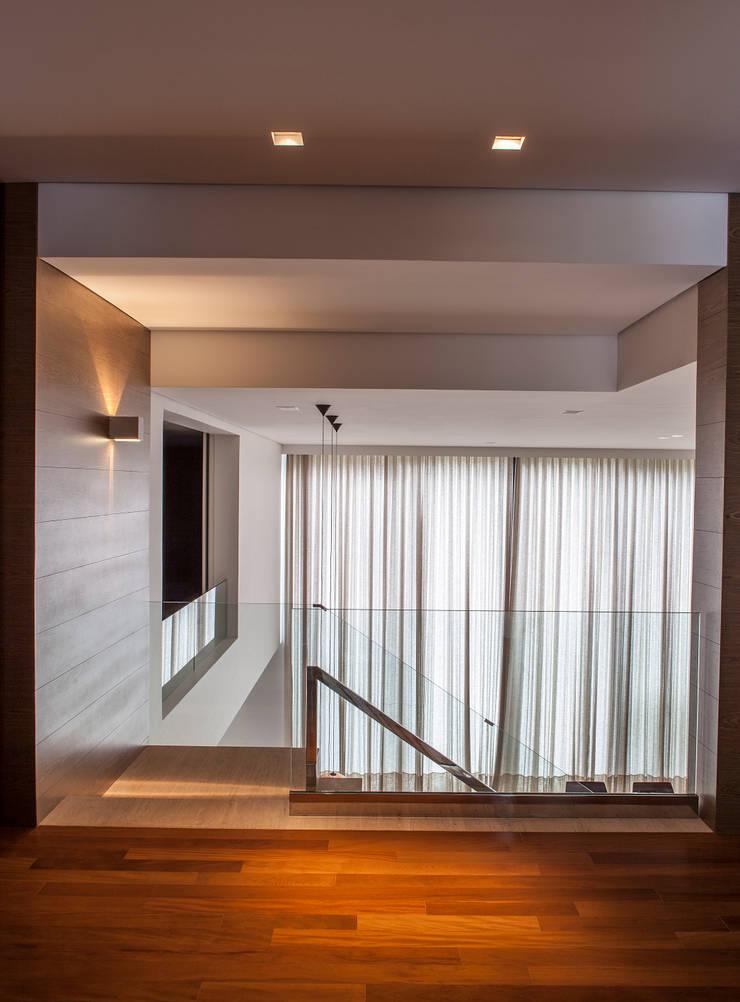 Living room by Márcia Carvalhaes Arquitetura LTDA.,