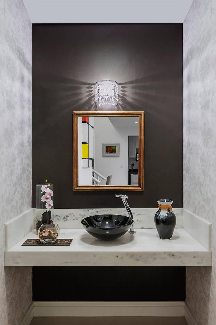 Pequeno lavabo: Banheiros  por Lúcia Vale Interiores