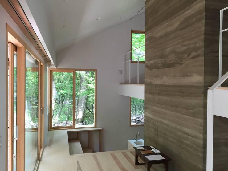 エントランスから: 株式会社山崎屋木工製作所 Curationer事業部が手掛けた窓です。