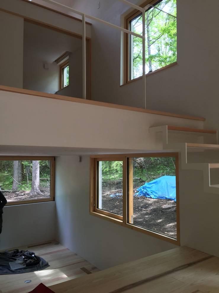 吹き抜けリビング: 株式会社山崎屋木工製作所 Curationer事業部が手掛けた窓です。