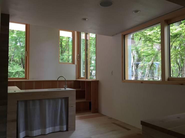 キッチンから: 株式会社山崎屋木工製作所 Curationer事業部が手掛けた窓です。