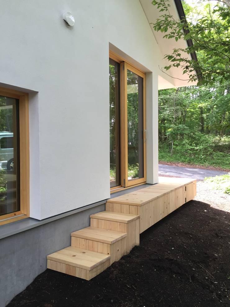 庭へ: 株式会社山崎屋木工製作所 Curationer事業部が手掛けた家です。