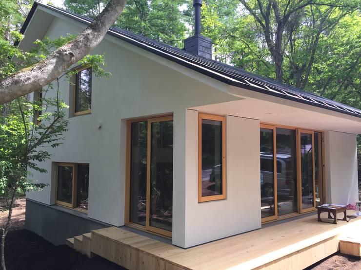 庭へ2: 株式会社山崎屋木工製作所 Curationer事業部が手掛けた家です。