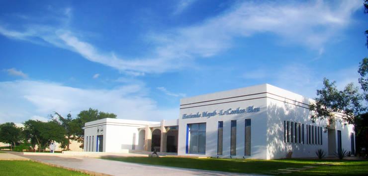 HACIENDA MAYAB Escuelas de estilo ecléctico de STUDIO 360 Ecléctico