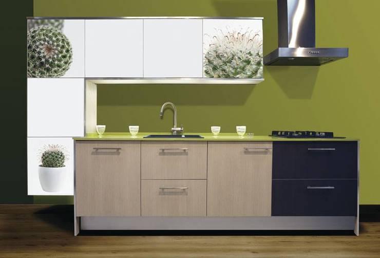 Cocina con estilo, de innovador diseño y una vista que forma a ser parte de naturaleza.: Cocina de estilo  por Utopia Interiorismo
