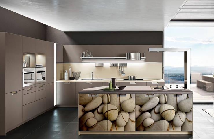 Tu cocina con puertas peculiares . Tu eliges tu imagen y plasmas tu estilo.: Cocina de estilo  por Utopia Interiorismo