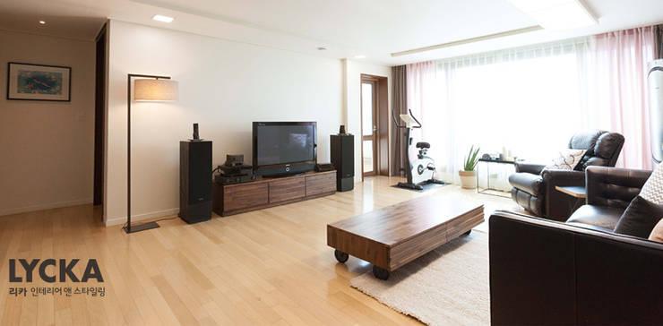 내추럴 스타일 인테리어 역삼그레이튼아파트: LYCKA interior & styling의  거실