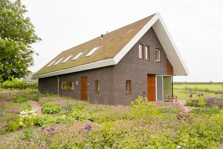 Moderne woning met 'groen dak':  Huizen door Mocking Hoveniers