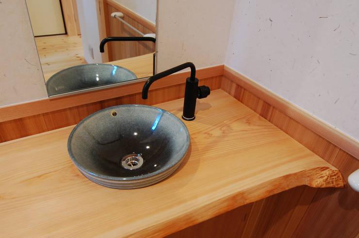 信楽焼きの手洗い器: 今村建築一級建築士事務所が手掛けた浴室です。
