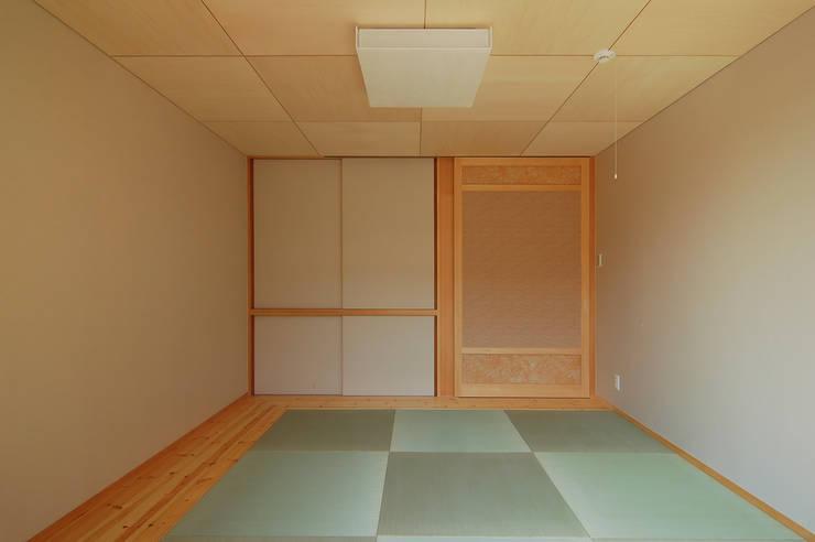 犬飼の家: 今村建築一級建築士事務所が手掛けた寝室です。
