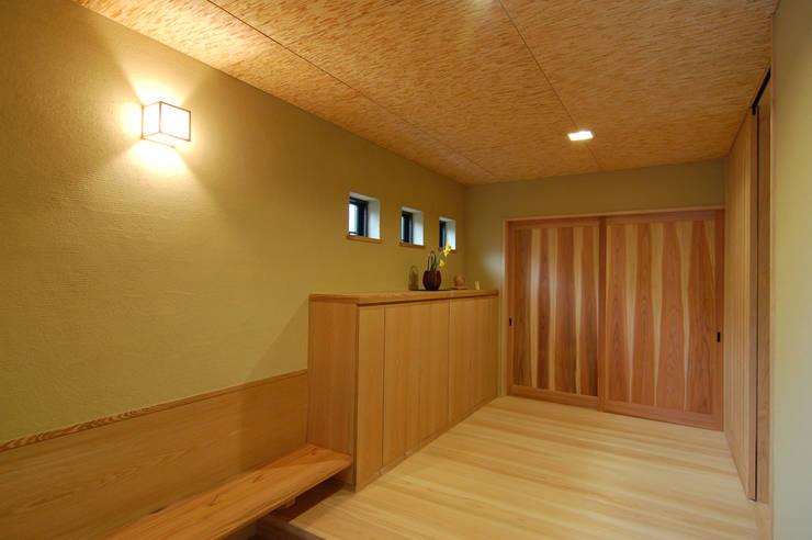 犬飼の家: 今村建築一級建築士事務所が手掛けた廊下 & 玄関です。