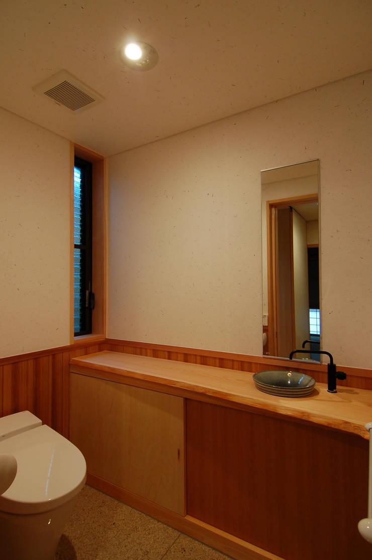 犬飼の家: 今村建築一級建築士事務所が手掛けた浴室です。