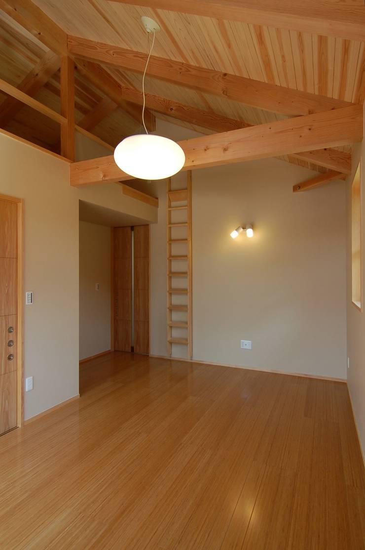 新宮の家: 今村建築一級建築士事務所が手掛けた寝室です。