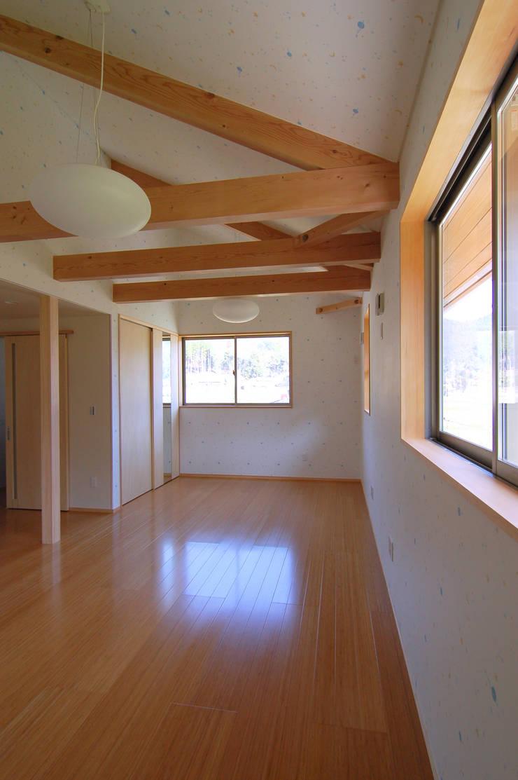 子供が自由に遊べる空間: 今村建築一級建築士事務所が手掛けた子供部屋です。