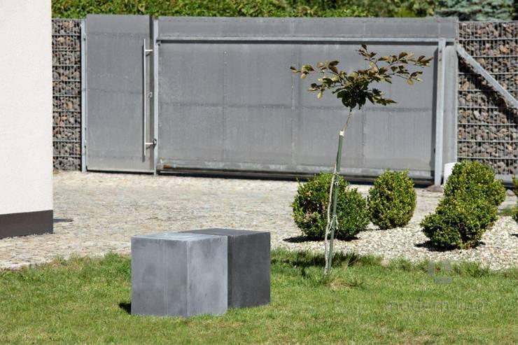 Betonowy detal w przestrzeni publicznej: styl , w kategorii Centra wystawowe zaprojektowany przez Modern Line