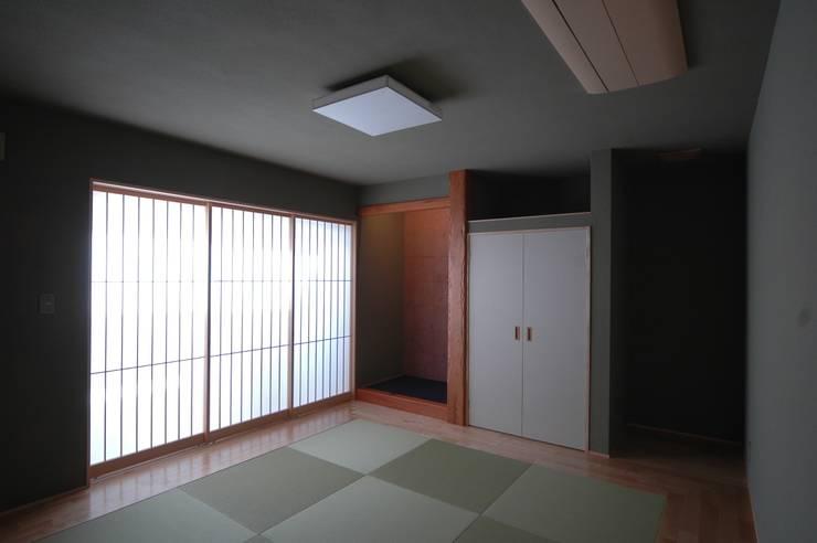 和室: 合同会社 栗原弘建築設計事務所が手掛けた和室です。