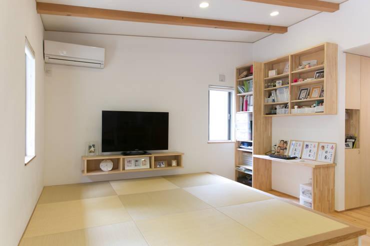 葛城の家: 株式会社 atelier waonが手掛けたリビングです。