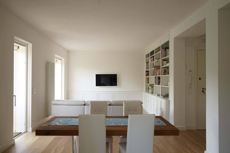 Appartamento G+S: Soggiorno in stile  di Andrea Gaio Design