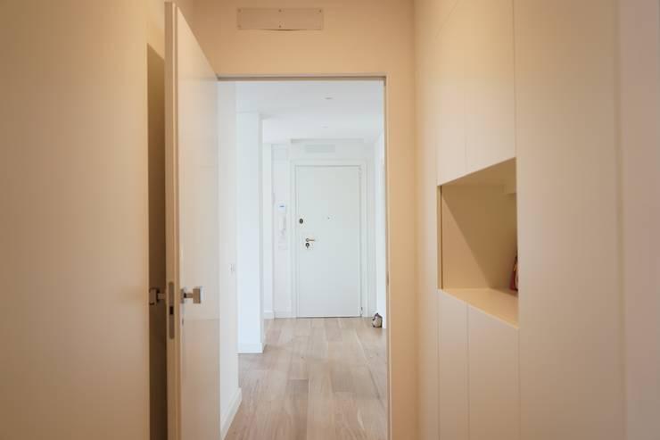 Appartamento G+S: Ingresso & Corridoio in stile  di Andrea Gaio Design