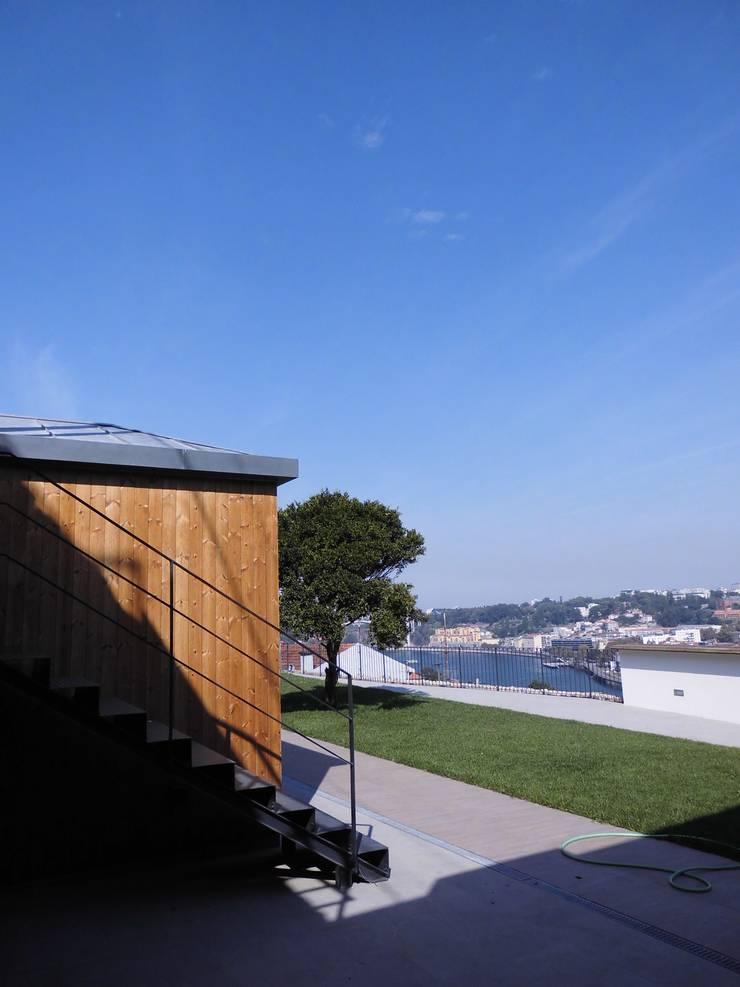 House in Castle Street | Vila Nova de Gaia | Portugal: Jardins  por Bastos & Cabral - Arquitectos, Lda. | 2B&C