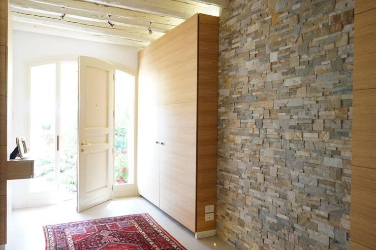 Pasillos y recibidores de estilo  por Andrea Gaio Design