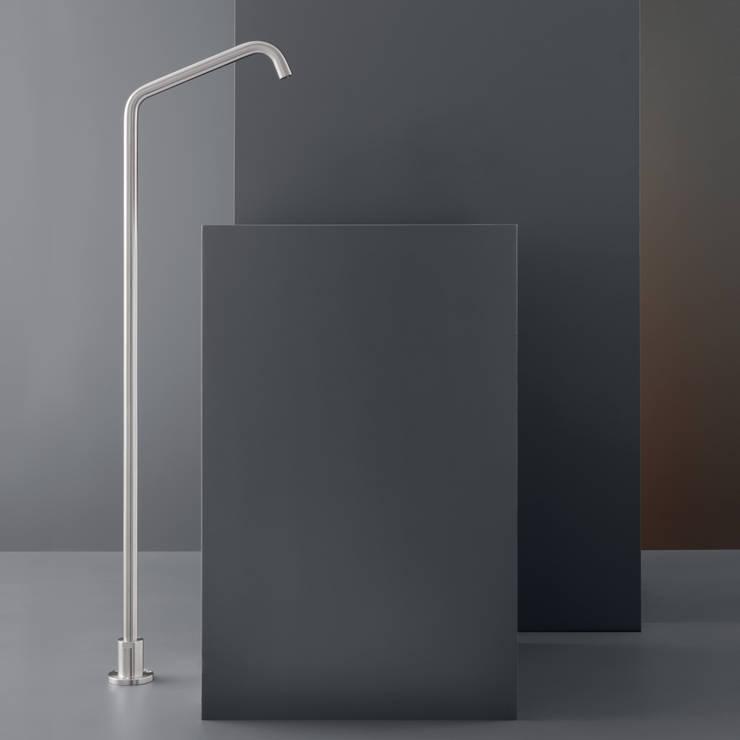 Neutra: Bagno in stile in stile Minimalista di Giulio Gianturco