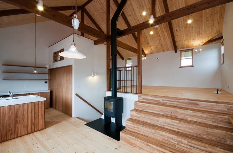 Salas / recibidores de estilo  por アトリエdoor一級建築士事務所, Clásico Madera Acabado en madera