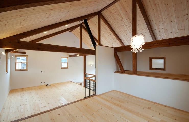Cuartos infantiles de estilo  por アトリエdoor一級建築士事務所, Clásico Madera Acabado en madera