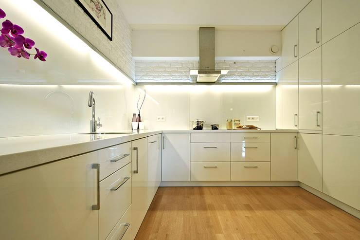 BIAŁE WNĘTRZE: styl , w kategorii Kuchnia zaprojektowany przez IDAFO projektowanie wnętrz i wykończenie