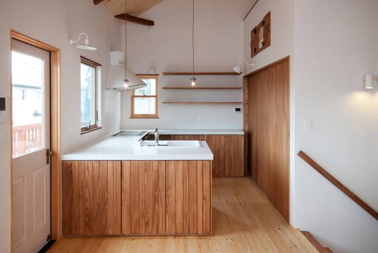 Cocinas de estilo  por アトリエdoor一級建築士事務所, Clásico Madera Acabado en madera