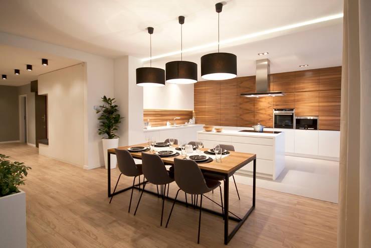 PRZESTRONNY APARTAMENT: styl , w kategorii Kuchnia zaprojektowany przez IDAFO projektowanie wnętrz i wykończenie,