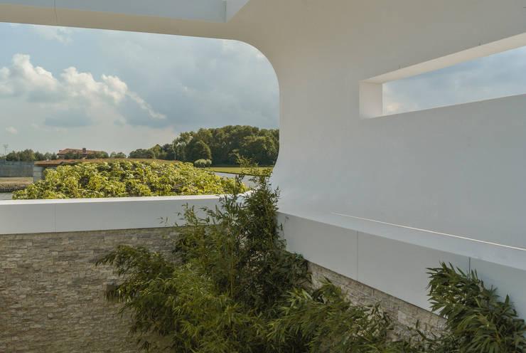 Villa New Water:  Tuin door Waterstudio.NL, Modern