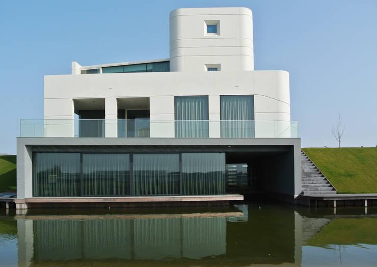 Waterfront villa:  Huizen door Waterstudio.NL