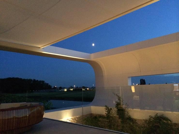 Villa New Water:  Terras door Waterstudio.NL, Modern