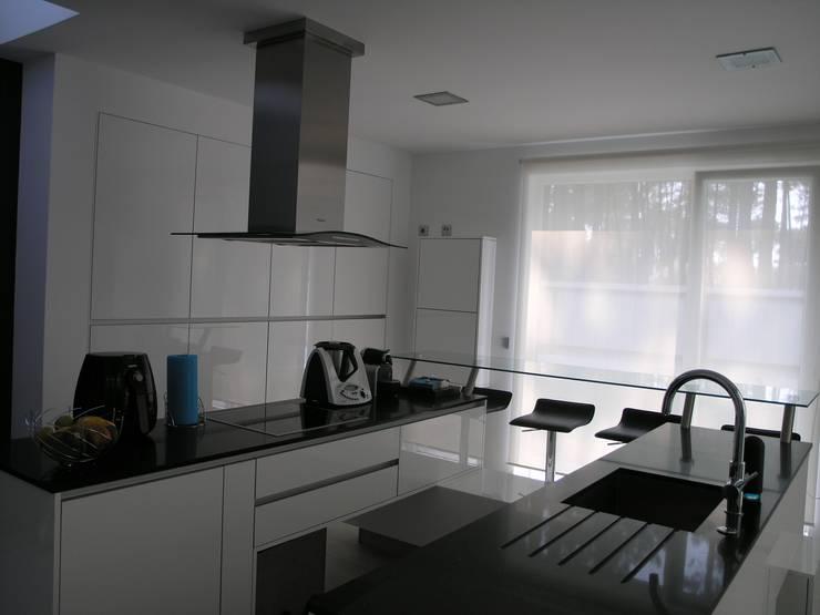 Pure White: Cozinha  por Cenariwood