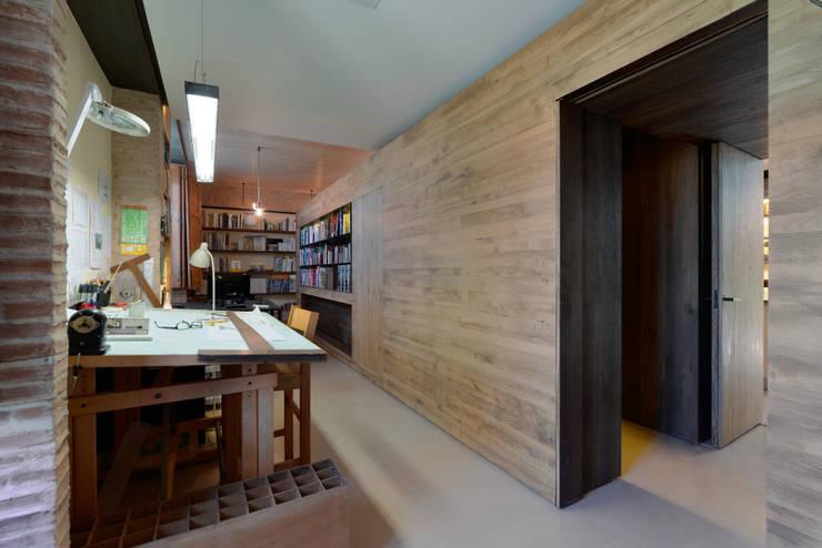 Estudios y oficinas de estilo moderno por Ricardo Moreno Arquitectos