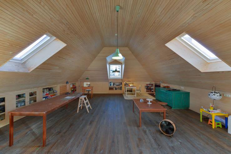 Estudios y oficinas de estilo  por Ricardo Moreno Arquitectos